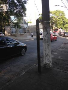 Alte Bushaltestelle hinter Betonpfeiler